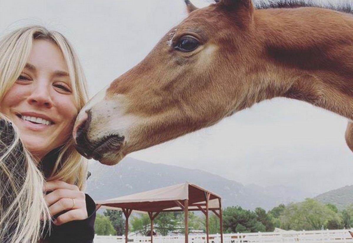 Kaley Cuoco posa com seu cavalo de estimação