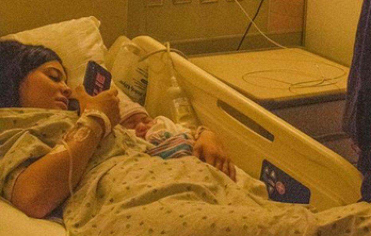 Kylie Jenner na cama do hospital após nascimento de Stormi