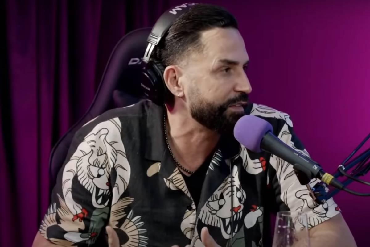 latino sendo entrevistado sobre a música tô nem ai no podcast papagaio falante