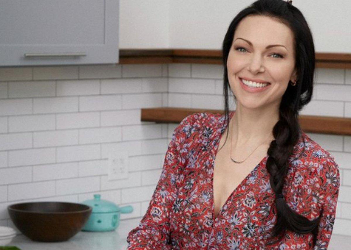 Laura Prepon sorri em foto na cozinha