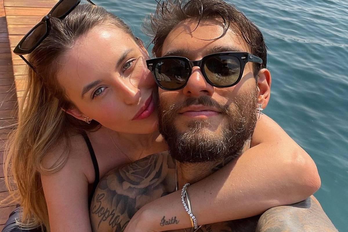 lorena carvalho abraçada com lucas lucco em um passeio de barco