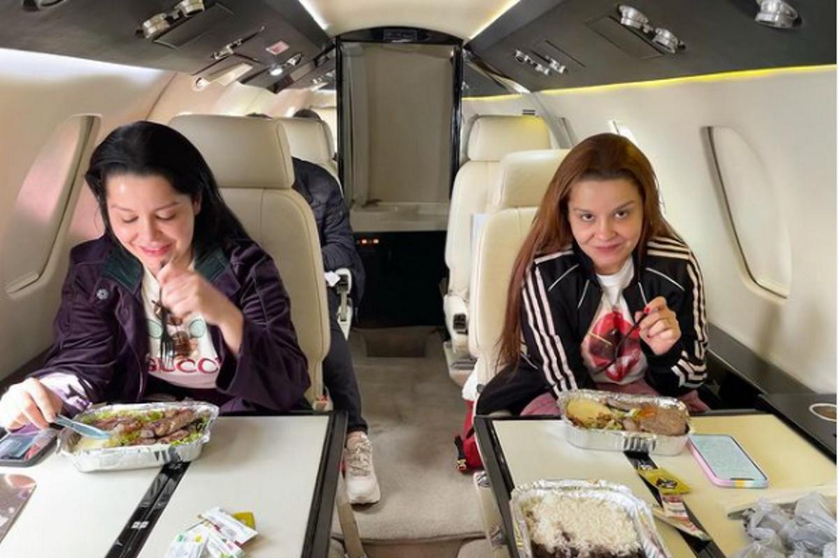 Maiara e Maraisa comendo marmitas em jato particular