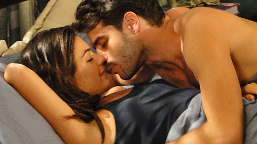 Renato e Marcela se entregam à paixão