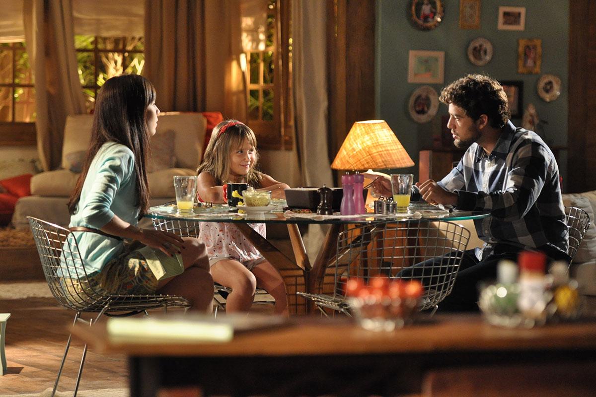 Marjorie Estiano, Rafael Cardoso e Jesuela Moro em cena de A Vida da Gente