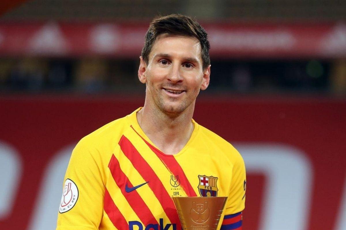 Foto de Messi sorrindo em campo