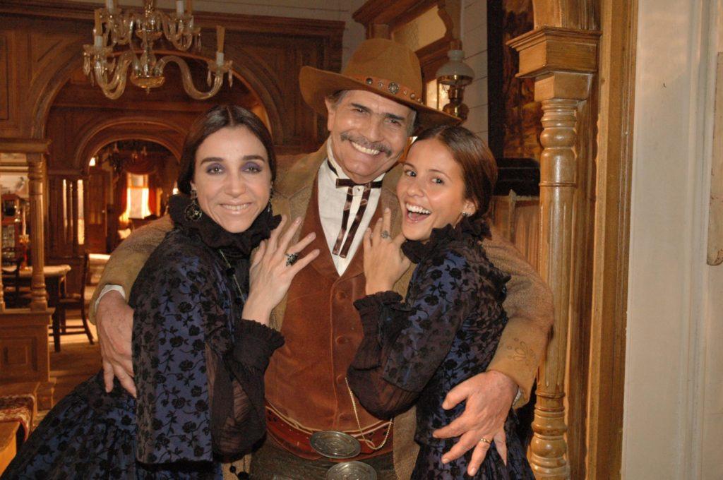 Tarcisio Meira como John McGold em Bang Bang ao lado de Marisa Orth (Ursula) e Fernanda de Freitas (Catty)