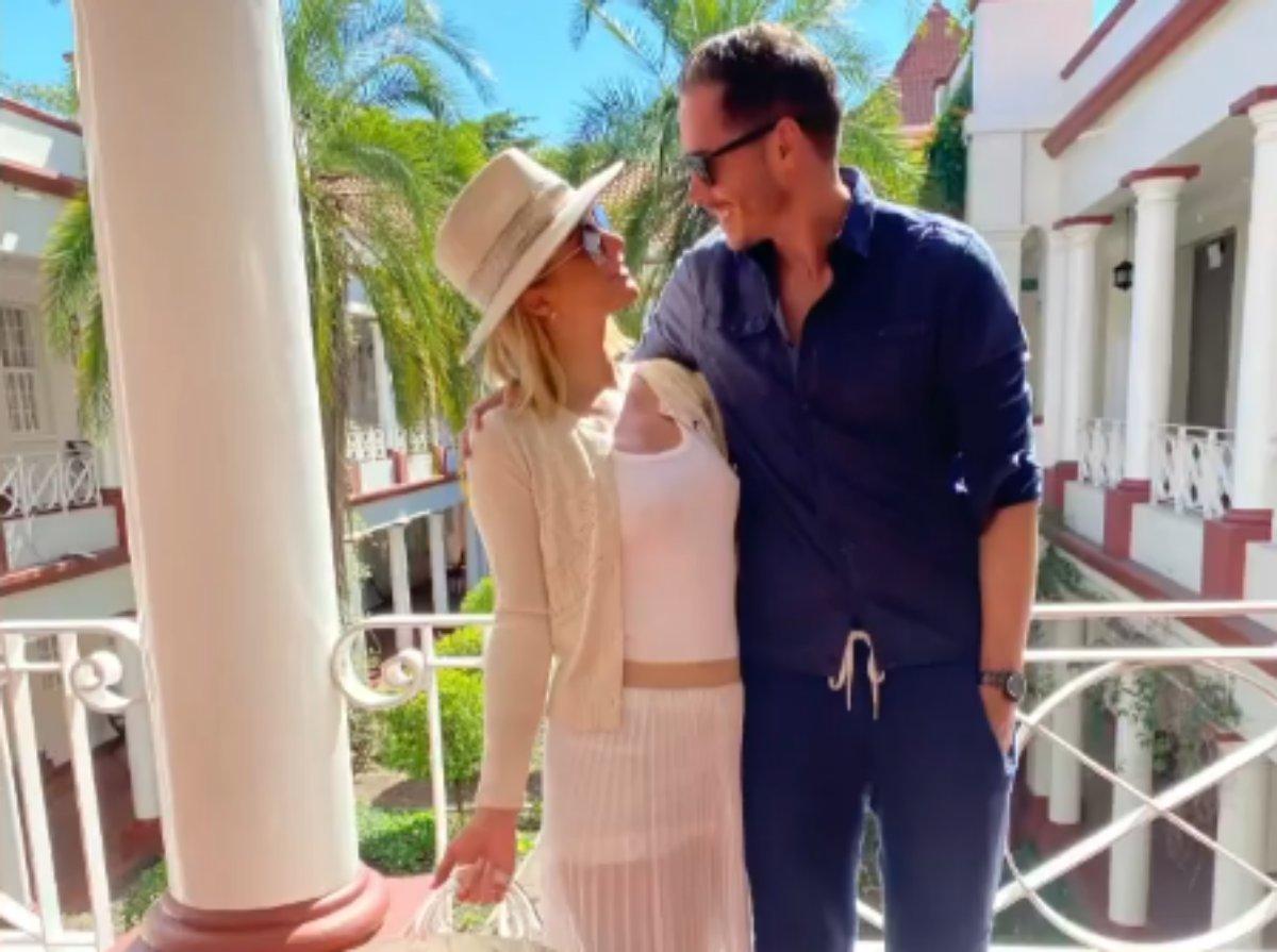 Paris Hilton e Carter Reumm se olham apaixonados