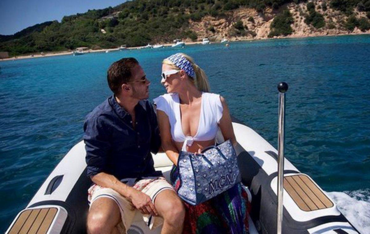Paris Hilton e o noivo em passeio de barco