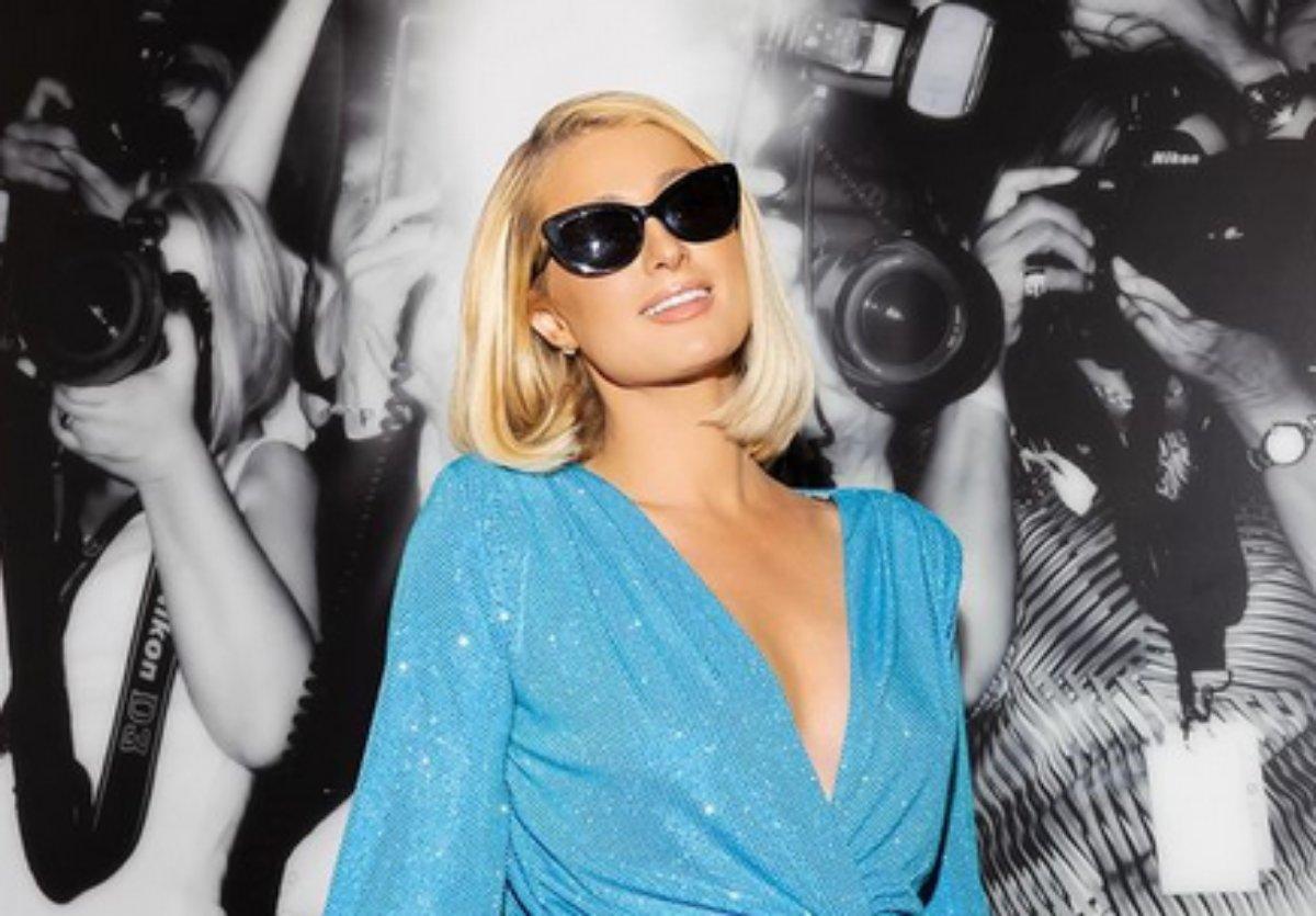 Paris Hilton posa de vestido azul em Nova York
