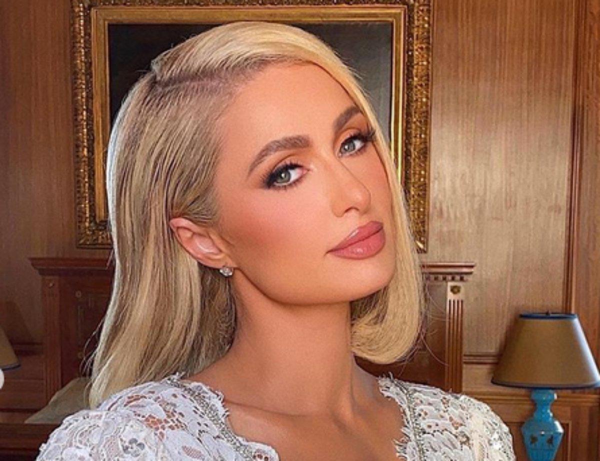Paris Hilton em selfie elegante