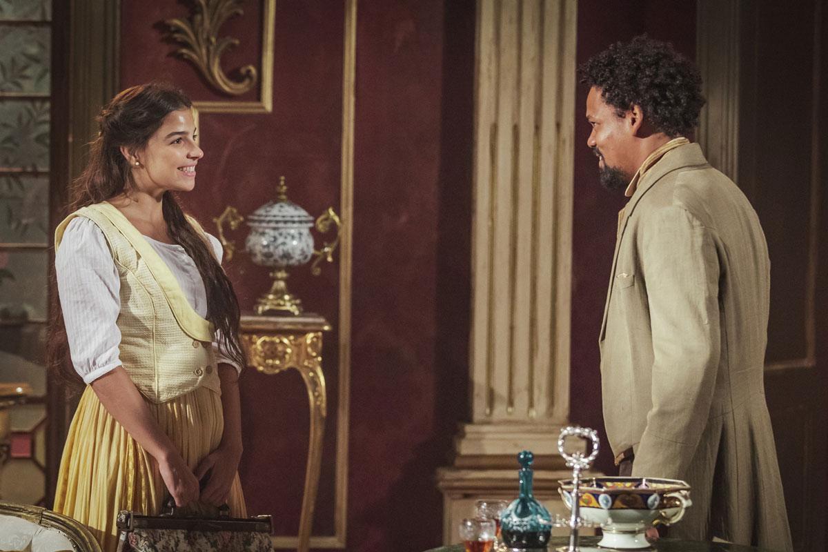 Pilar e Samuel sorrindo um para o outro em Nos Tempos do Imperador