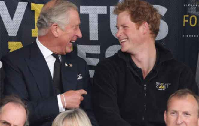 Principe Harry e Charles sorrindo