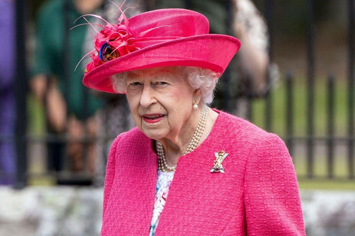 Rainha Elizabeth II usando uma roupa rosa e chapéu