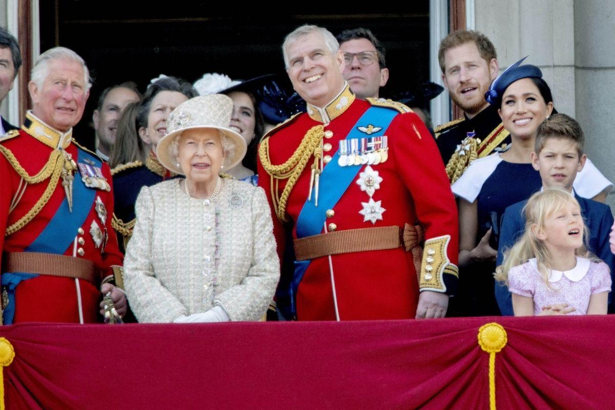 Príncipe Andrew ao lado da Rainha Elizabeth e do irmão, Príncipe Charles