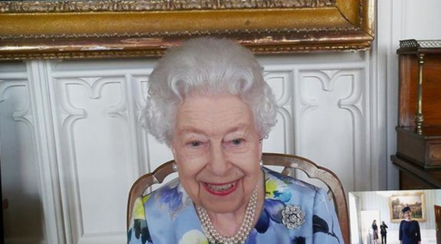 Rainha Elizabeth II sorri em live