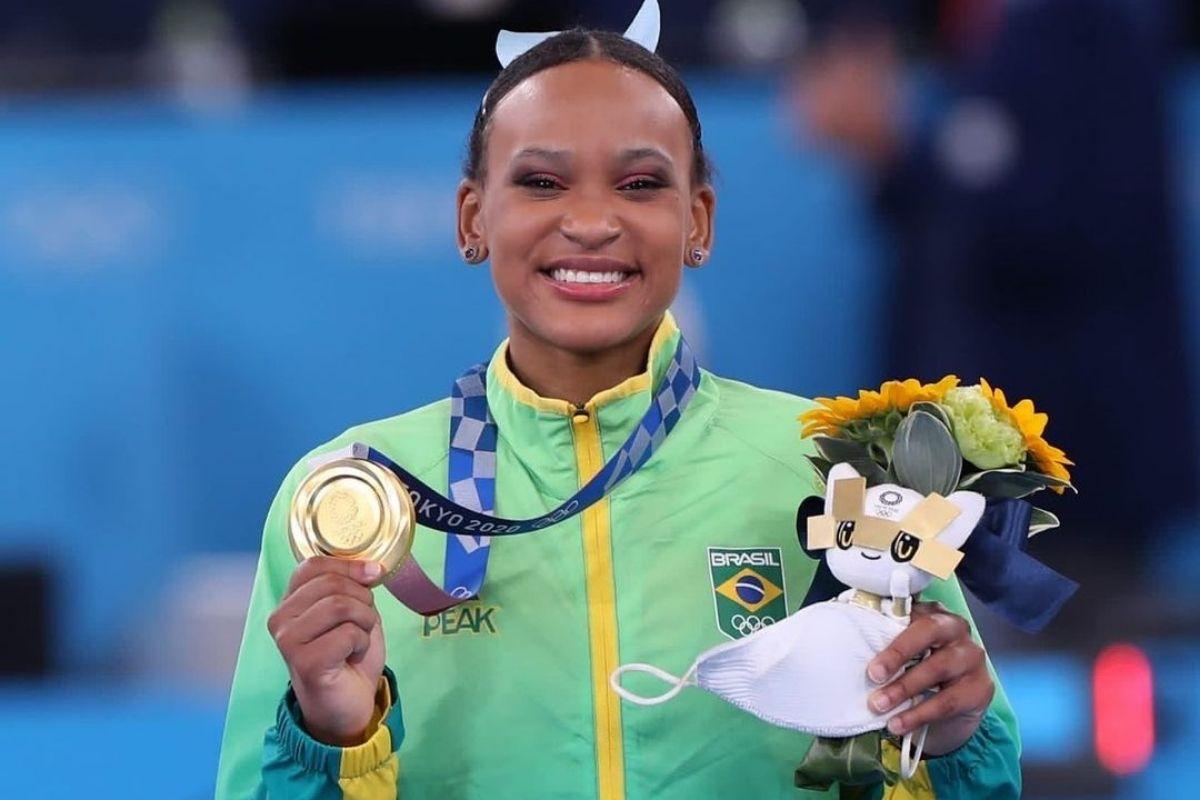 Rebeca Andrade com a medalha de ouro