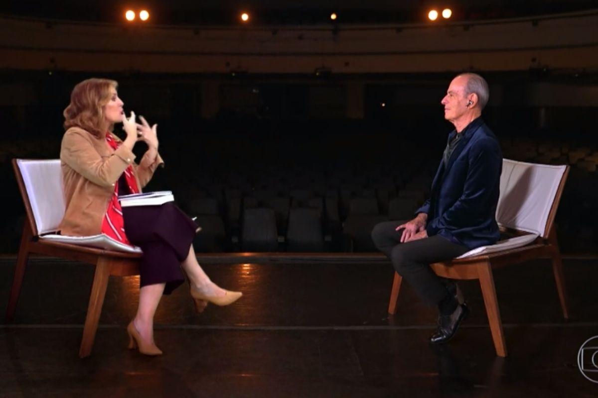 Renata Capucci e Ney Matogrosso sentados no palco