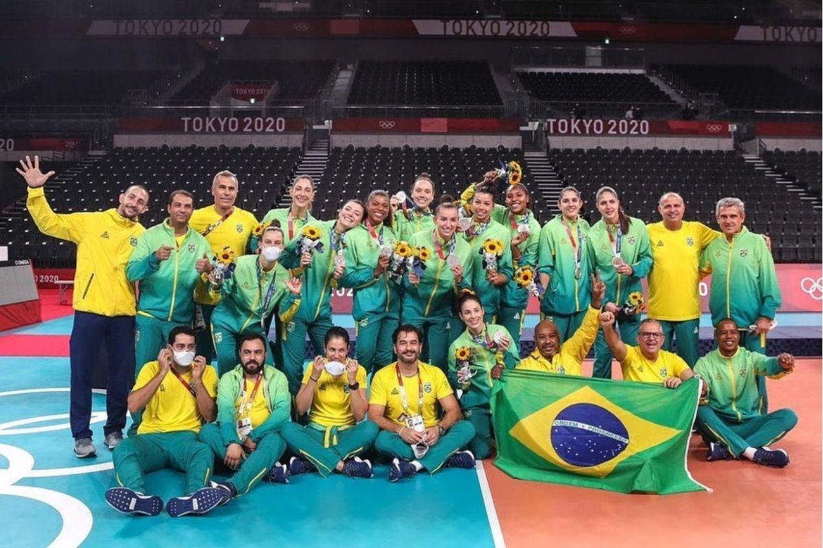 Foto com toda a seleção feminina brasileira de vôlei nas Olimpíadas de Tóquio