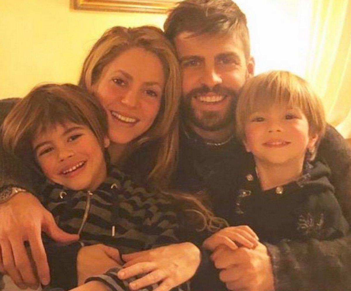 Shakira e Gerard Piqué posam com os filhos
