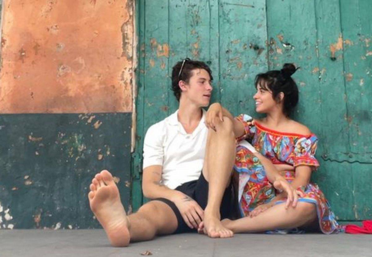 Shawn Mendes e Camila Cabello sentados no chão