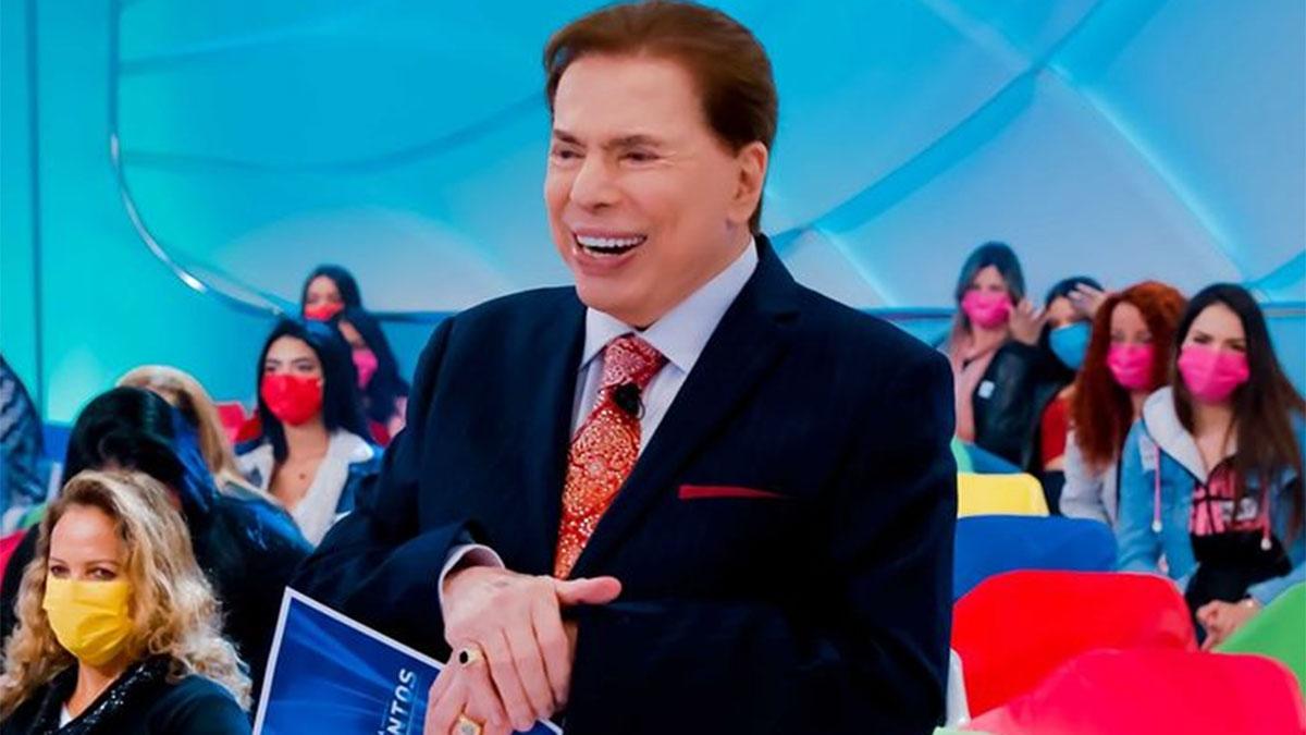 Silvio Santos sorridente, na plateia do seu programa, no SBT