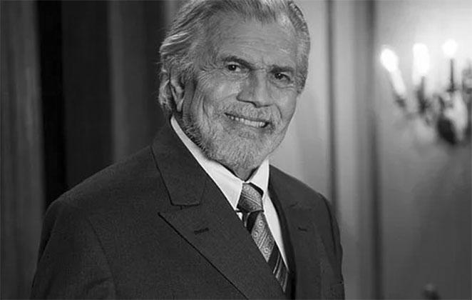 Foto preto e branca de Tarcísio Meira, de terno, sorrindo