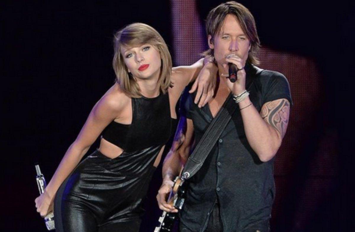 Taylor Swift e Keith Urban no palco em Toronto em 2015