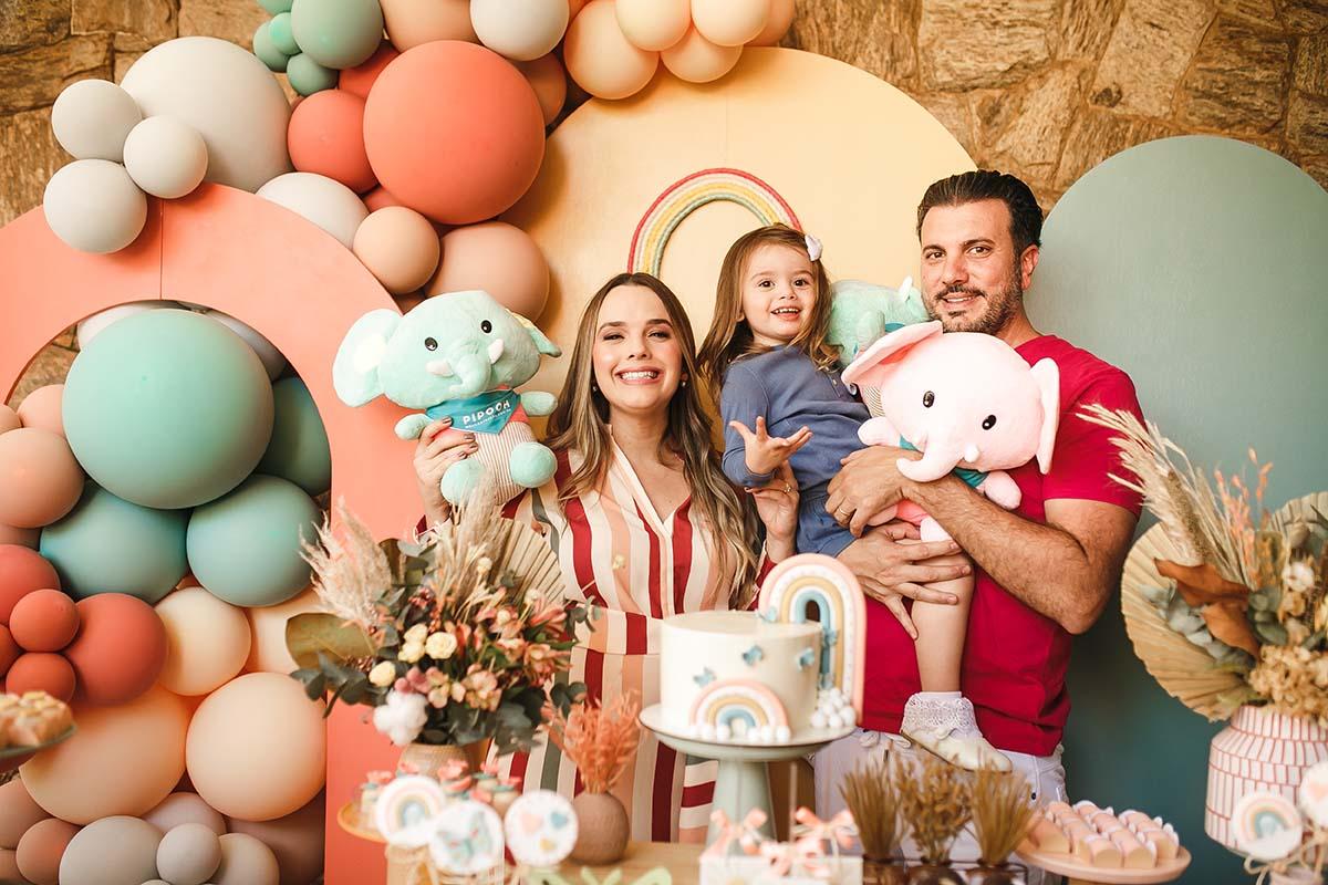 Thaeme realiza Chá de Bebê ao lado do marido Fábio Elias e da filha Liz