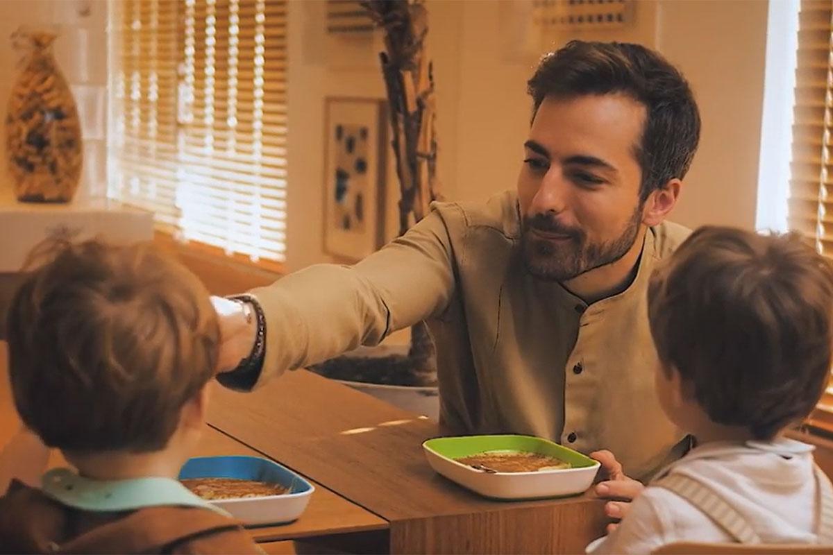 Thales Bretas alimenta os filhos Gael e Romeu