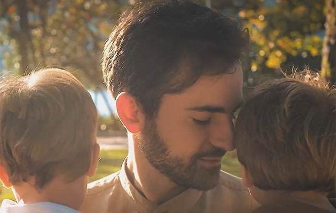 Thales Bretas no meio dos filhos, Gael e Romeu, numa tarde ensolarada
