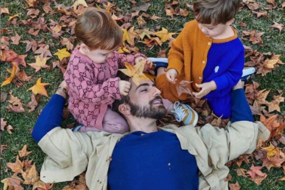 Thales Bretas deitado no chão com filhos