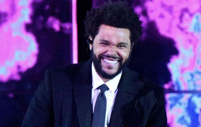 The weeknd sorridente, de terno e gravata