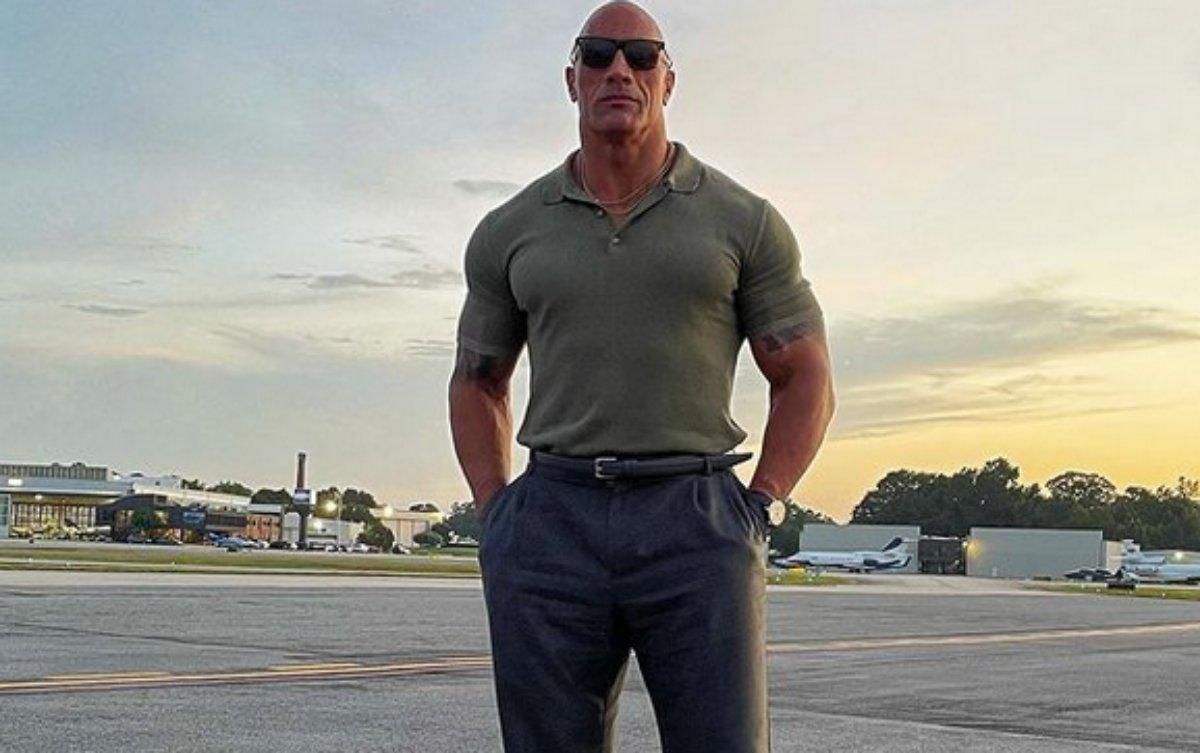 The Rock posa em aeroporto
