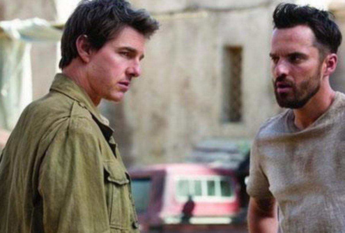 Tom Cruise e Jake Johnson em cena de A Múmia