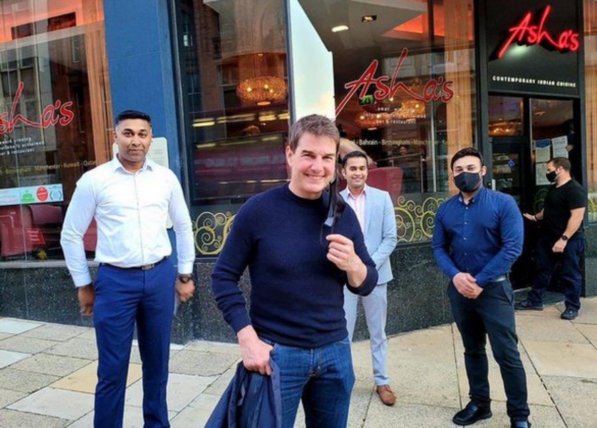 Tom Cruise saindo do restaurante da cantora Asha Bhosle