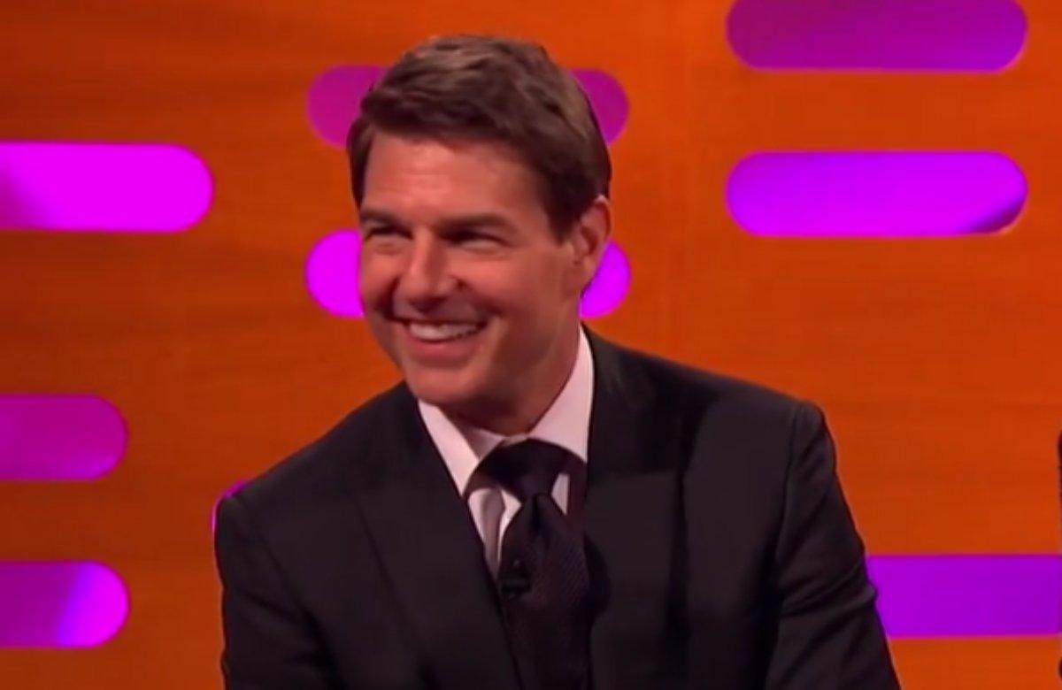 Tom Cruise sorridente em programa de TV