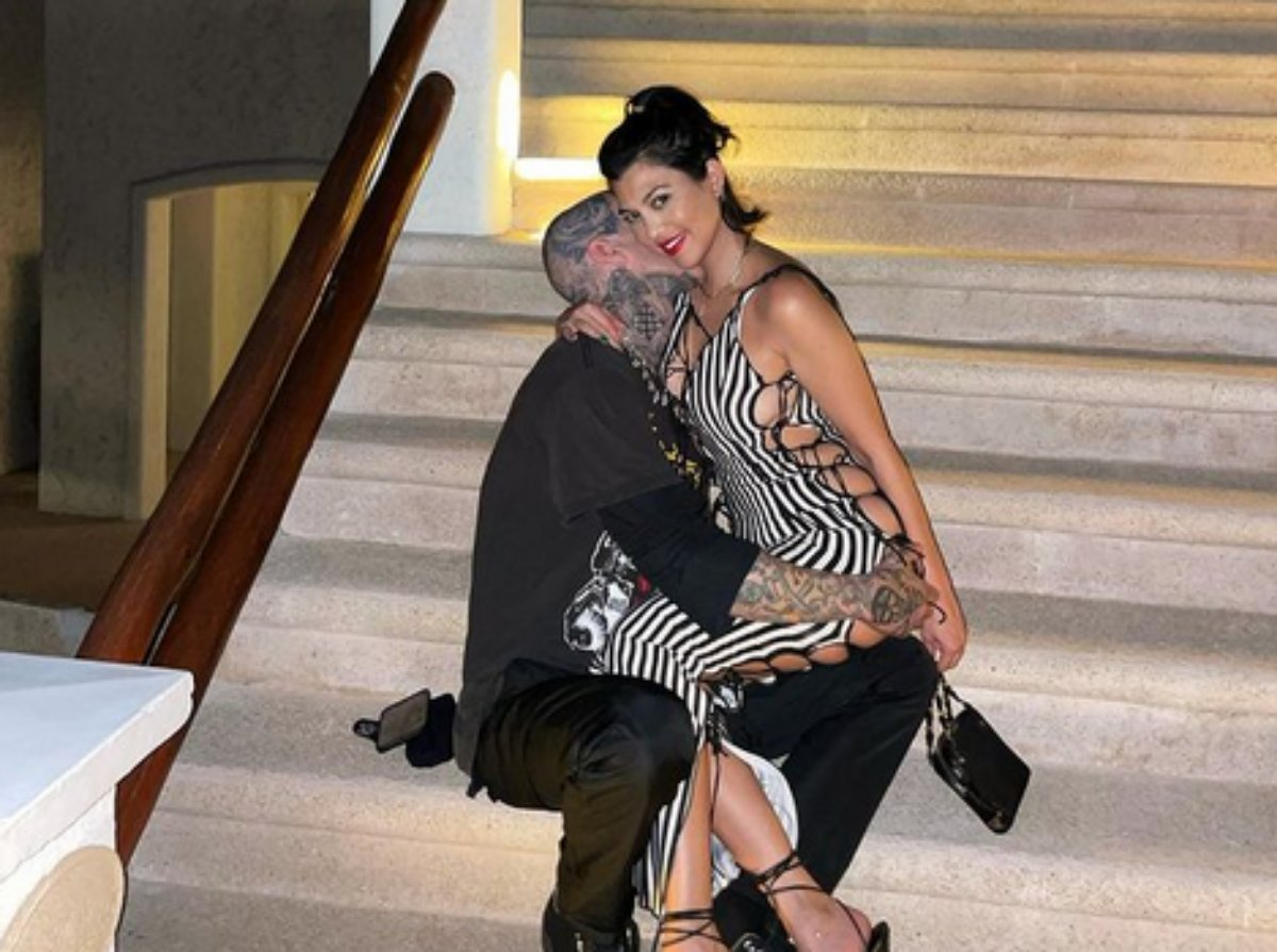 Travis Barker beija o pescoço de Kourtney Kardashian