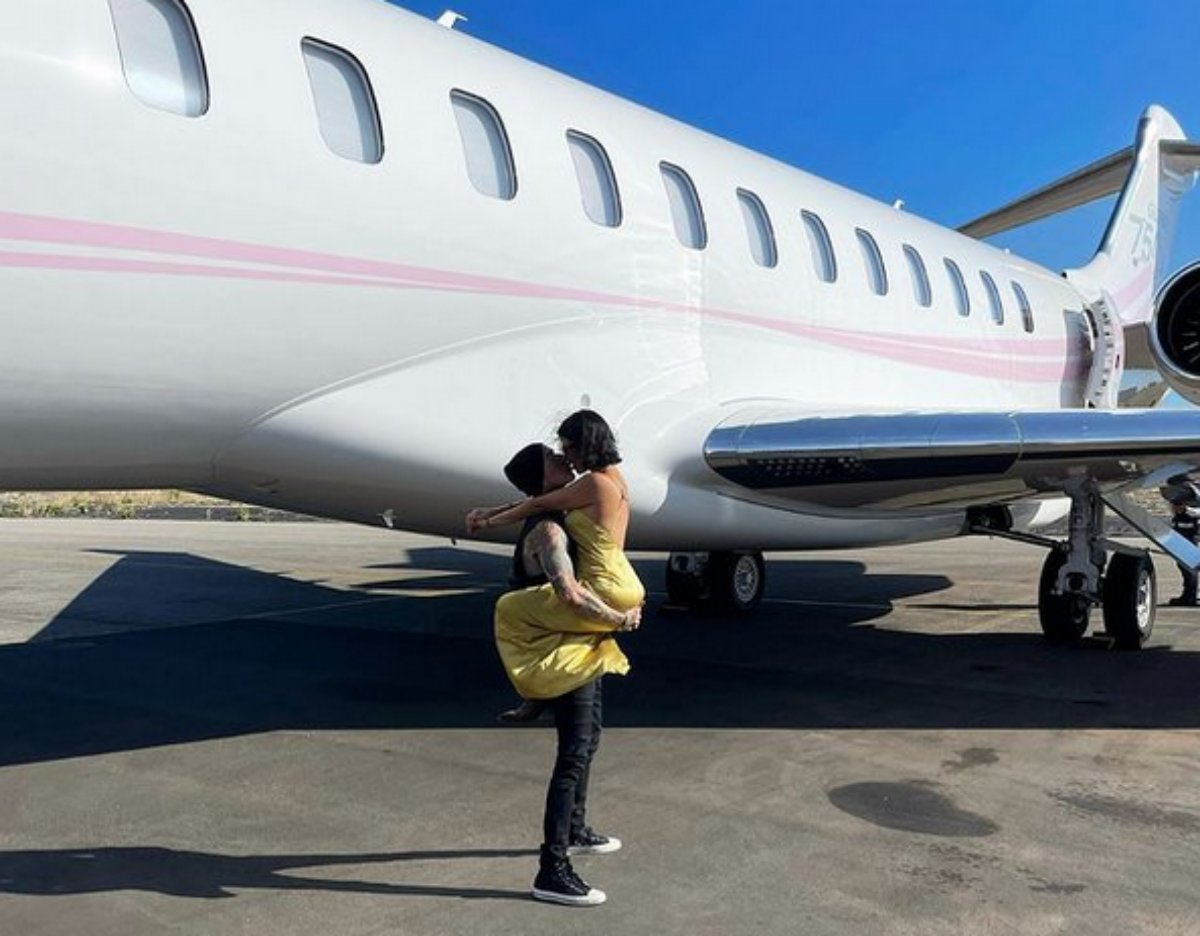 Travis Barker e Kourtney Kardashian se beijam em avião