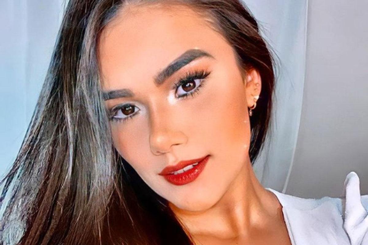 Um close generoso de Vanessa Lays, maquiada