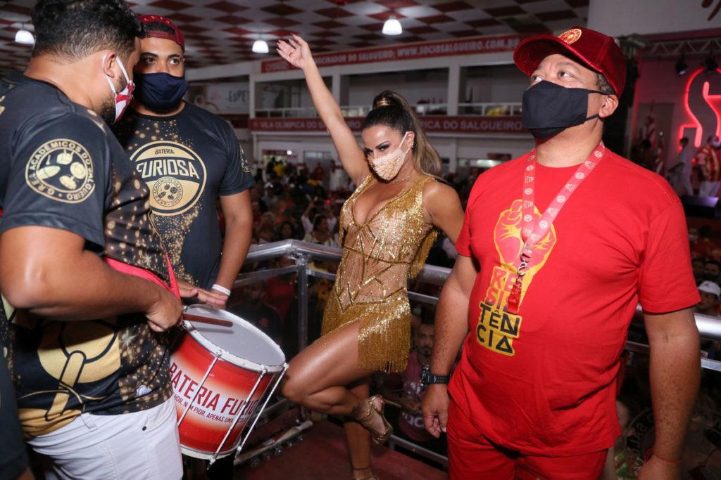 Viviane Araújo com parte da bateria do Salgueiro