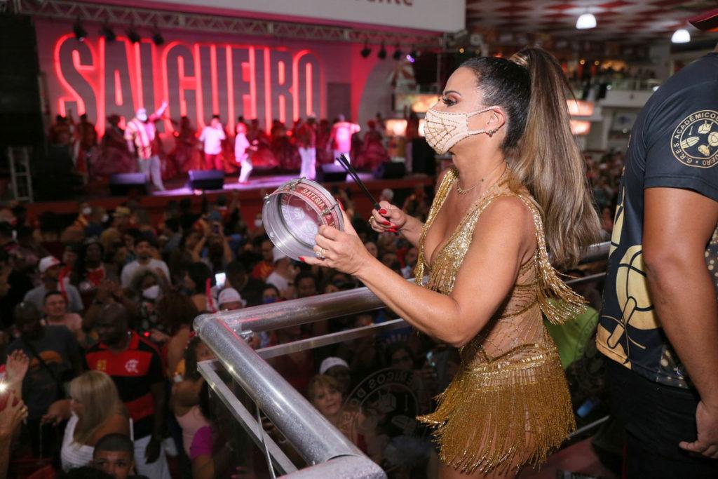 Viviane Araújo toca tamborim