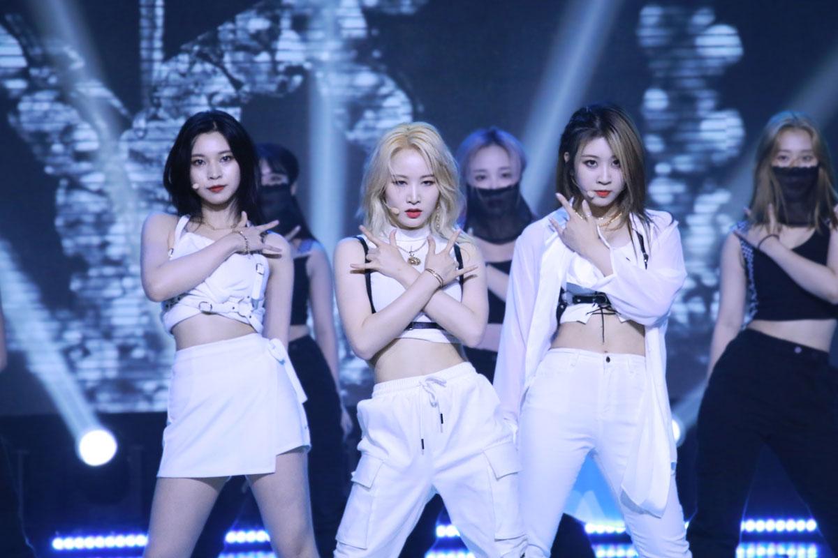 Foto do trio Haeun, Yuji e Yurim em show