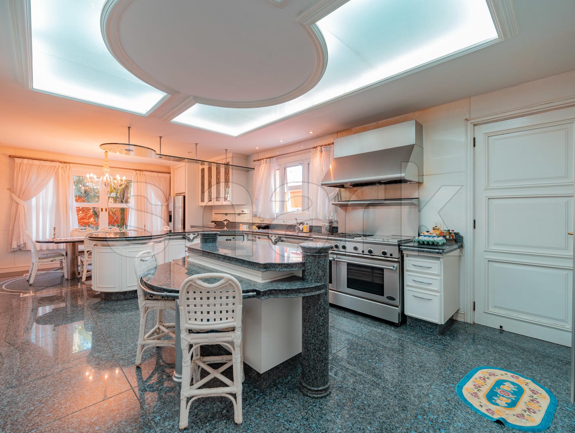 Cozinha da mansão que já foi de Zezé di Camargo e Zilu