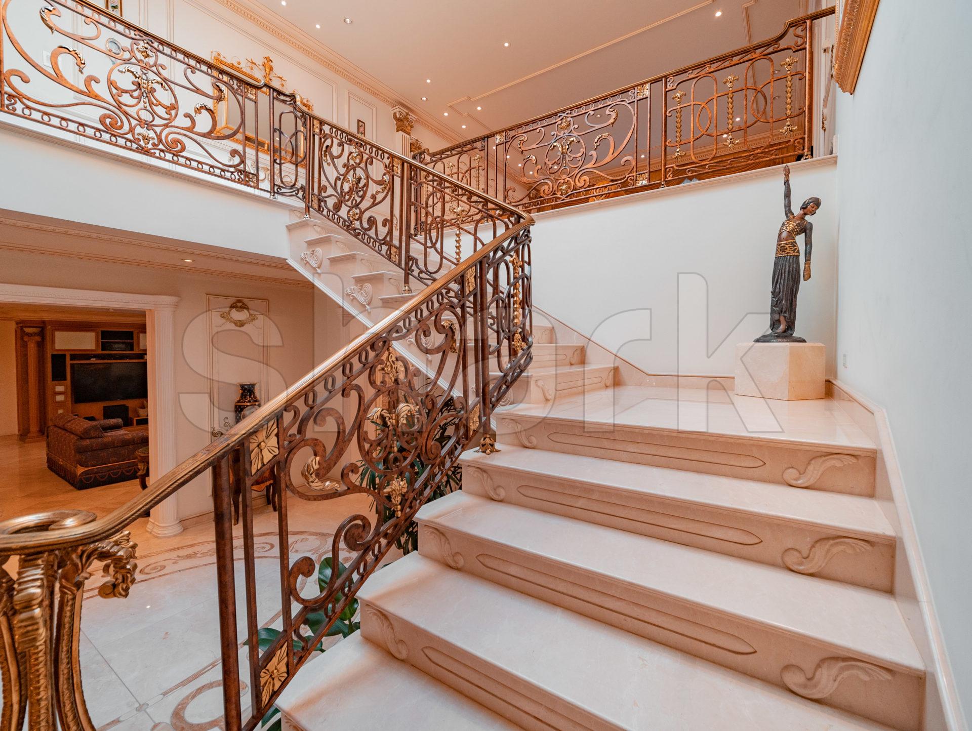 Escadaria da mansão que já foi de Zezé di Camargo e Zilu
