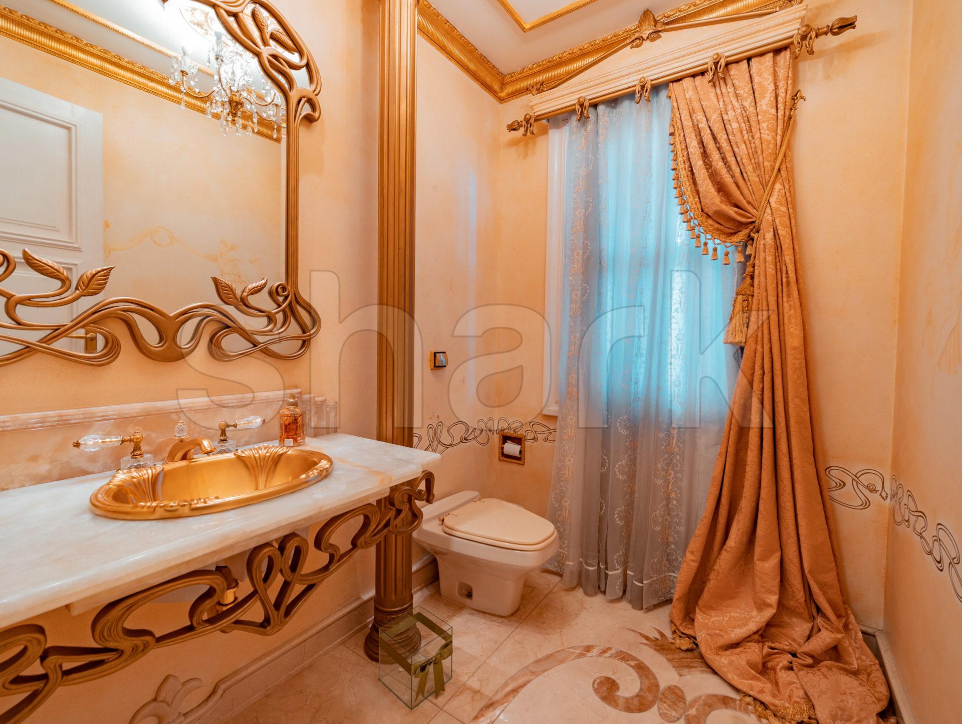 Banheiro da mansão que já foi de Zezé di Camargo e Zilu