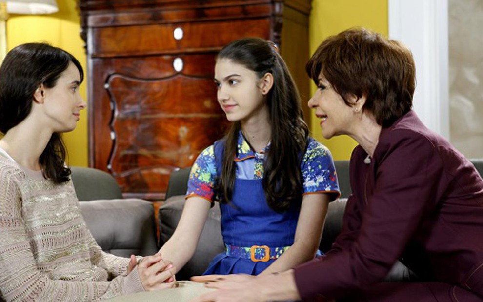 Gabriela vai ao orfanato conversar com Mili e