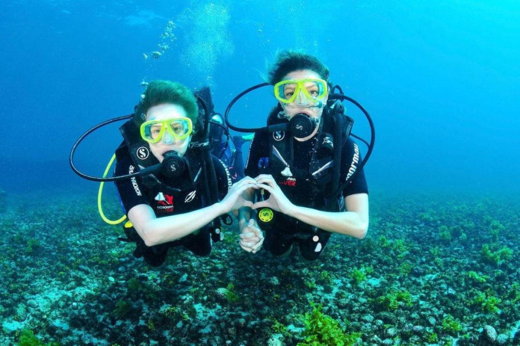 Vitoria Strada e Marcella Ricca mergulhando em Fernando de Noronha