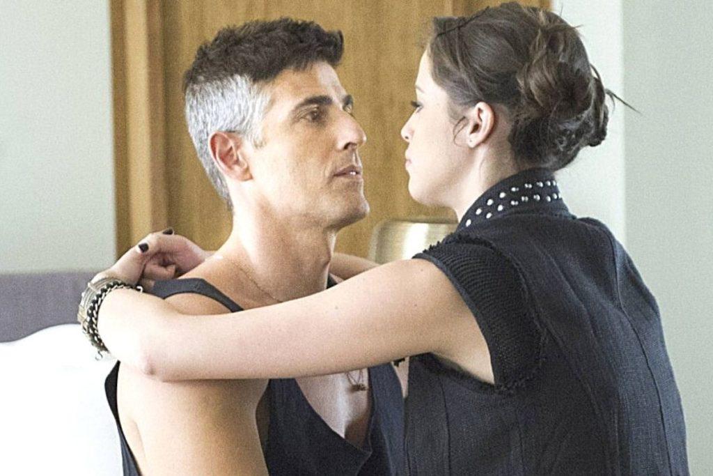 Verdades Secretas - Agenciada por Anthony, Giovanna aceita fazer programas