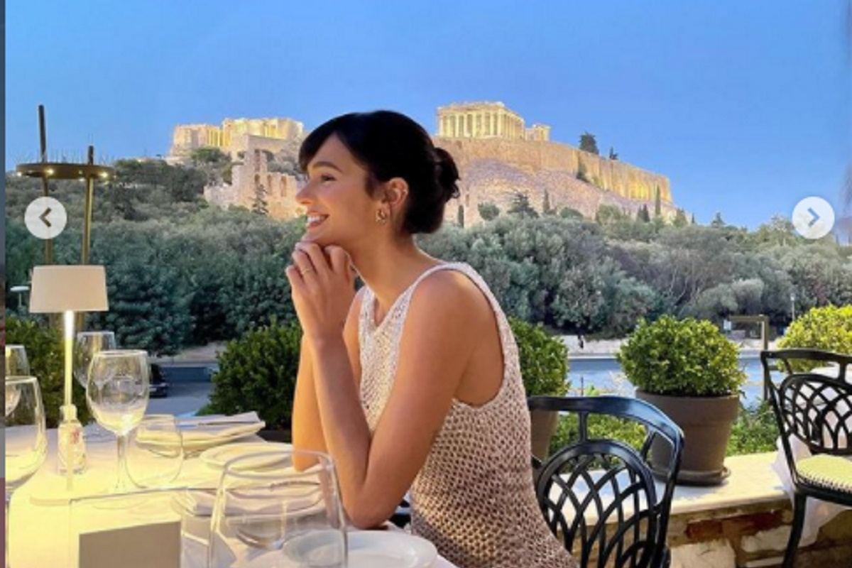 Bruna Marquezine em restaurante de Atenas
