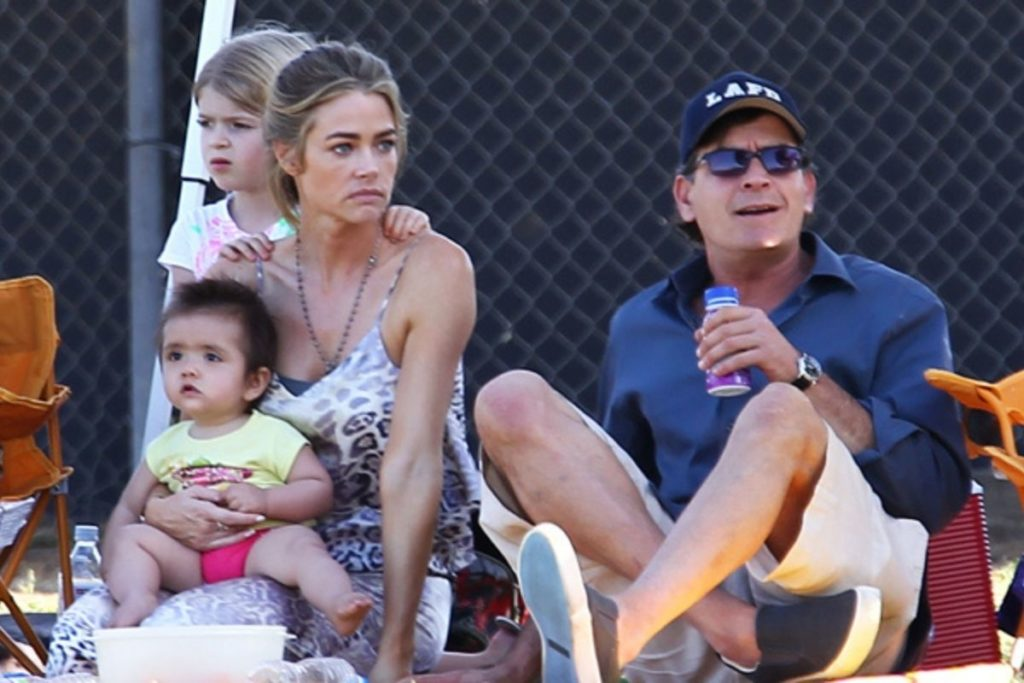 Crise familiar volta a abalar relacionamento de Charlie Sheen com sua ex, Denise Richard. Filha do casal acusa a mãe de comportamento abusivo.